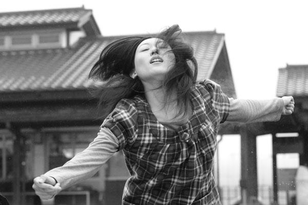 Kan Hanae dans Pure Asia, un film en noir et blanc.