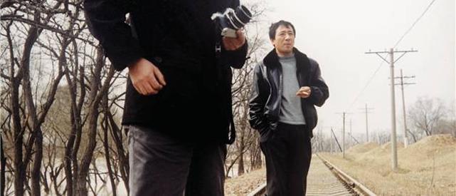 M. Lu, employé de gare à Zhengzhu, en charge des passagers.