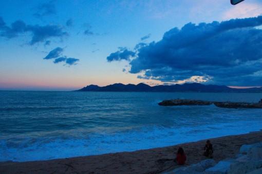 Le soleil se couche sur Cannes et le festival.
