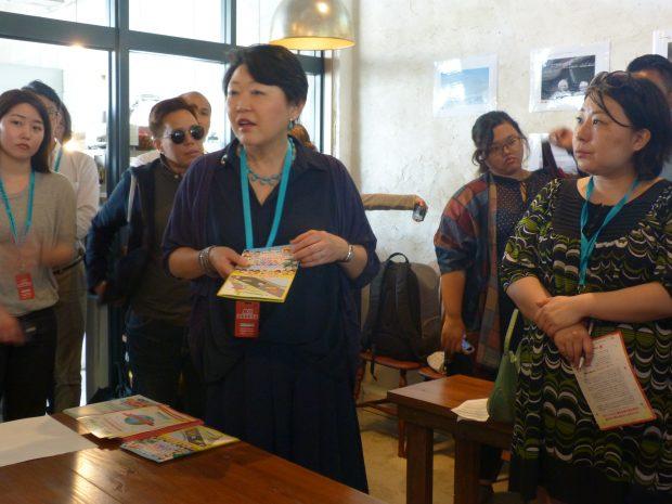 Mme Nemoto Kaoru s'adressant à la presse étrangère