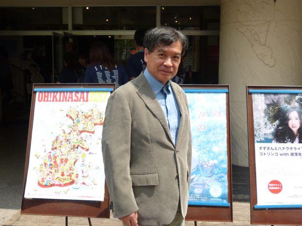 Katabuchi Sunao devant le cinéma de Naha